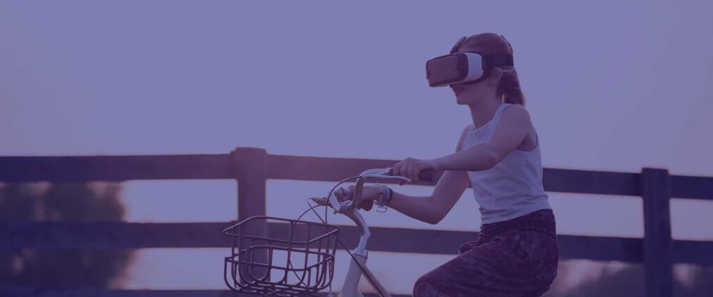 Meisje op fiets met VR bril